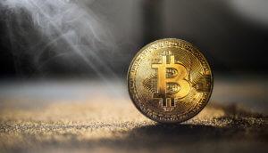 bitcoin-münze wird von einem lichtstrahl angeleuchtet