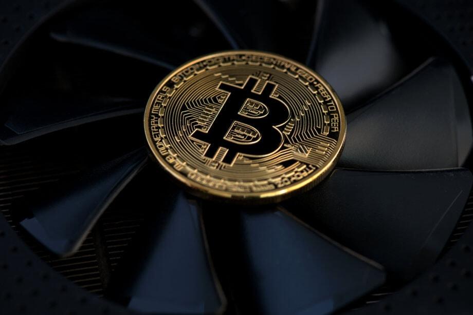 bitcoin münze, die sich auf einem lüfter befindet