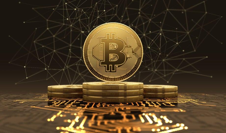 goldene bitcoin münze inmitten des bildes auf gesapelten münzen