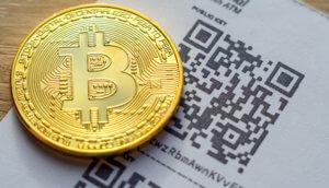 bitcoin münze liegt vor einem beleg über den kauf von btc