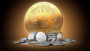 große goldene bitcoin münze, die hinter einem haufen kleiner silberner altcoins steht