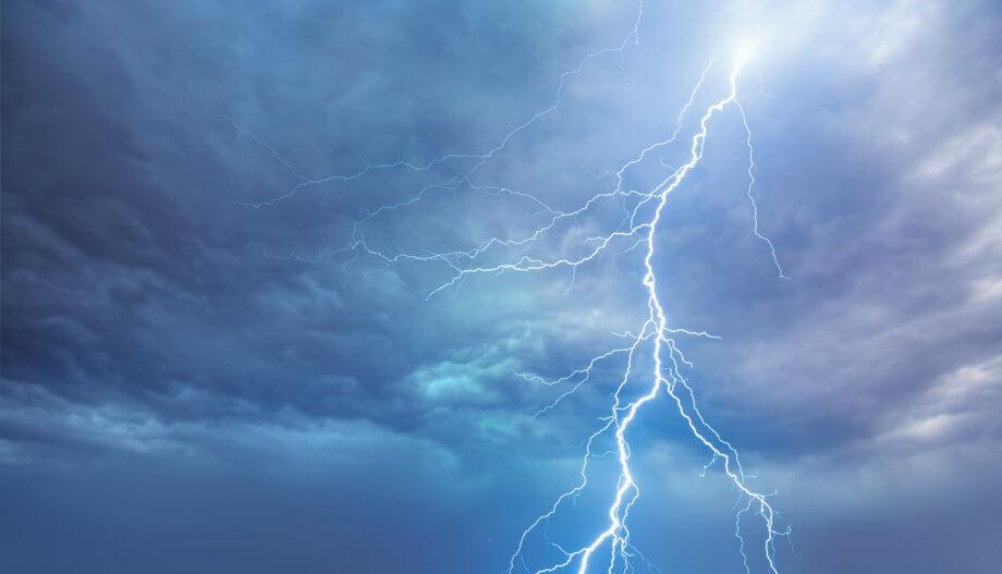 ein blauer blitz auf einem gewitterhimmel, symbolbild für das bitcoin lightning netzwerk