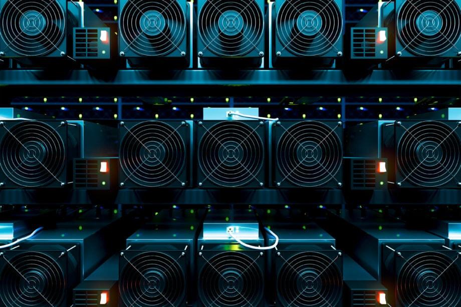 Bitcoin-Mining-Geräte in Reih' und Glied