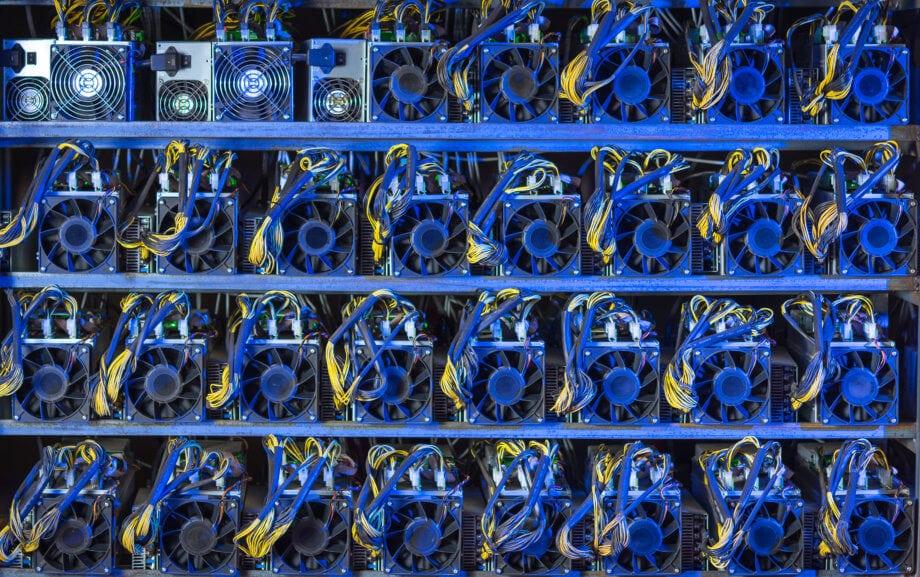 Bitcoin-Mining-Geräte in Reih und Glied
