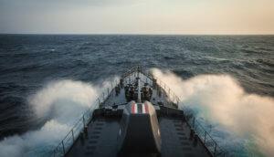 Kriegschiff rast dem Horizont entgegen