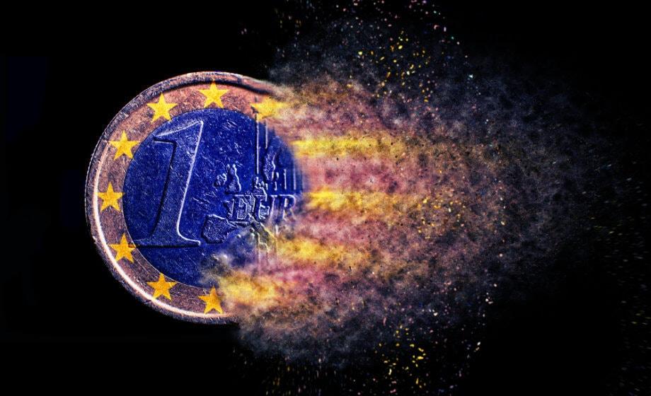 euro münze, die verwischt wird und sich langsam auflöst und nach links zu fliegen scheint. münze ist innen blau und mit einem leuchtenden rand, hintergrund ist schwarz