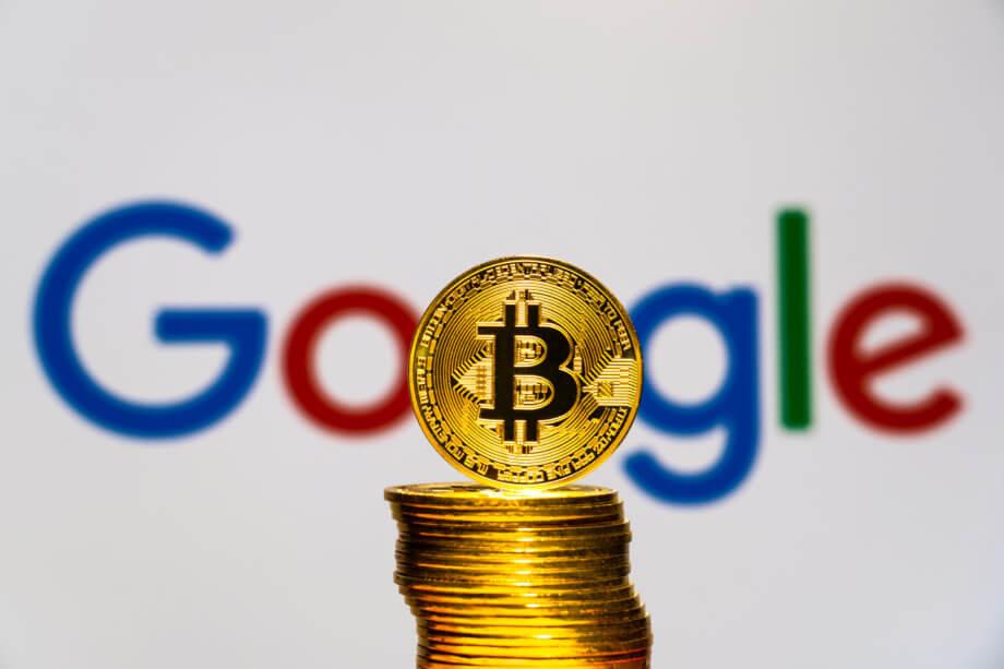 Stapel von Bitcoin Münzen vor Google Hintergund