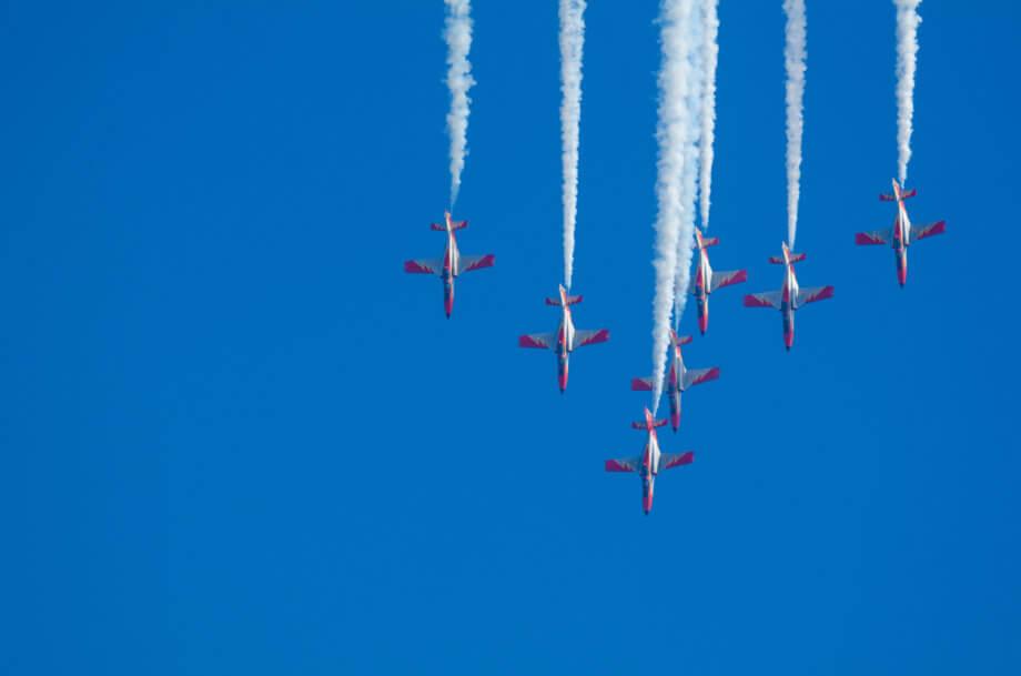 Kampfjets im Sinkflug auf blauen Himmel im Hintergrund
