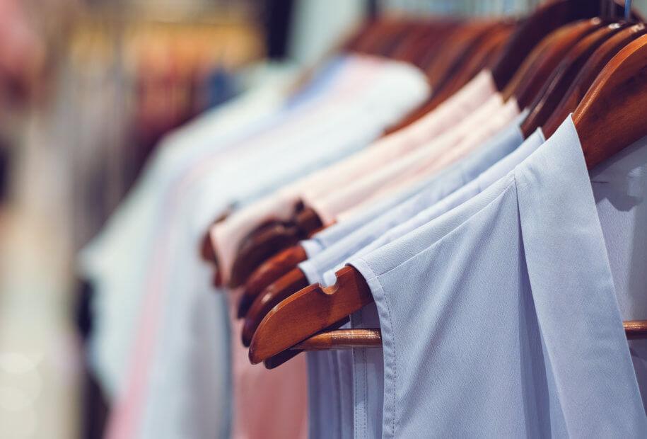 verschiedene hemden hängen an einer kleiderstange