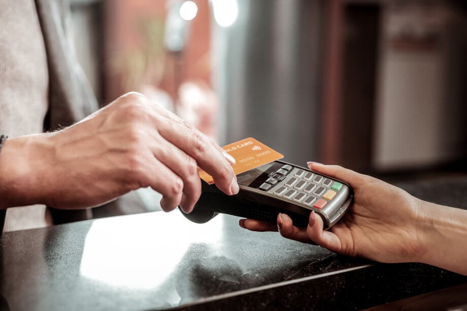 Nahaufnahme eines kontaktlosen Bezahlvorgangs