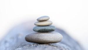 Steine aufeinander gestapelt, schwierige Balance.