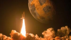 Rakete steigt auf und man sieht den Mond im Hintergrund mit Bitcoin-Logo.