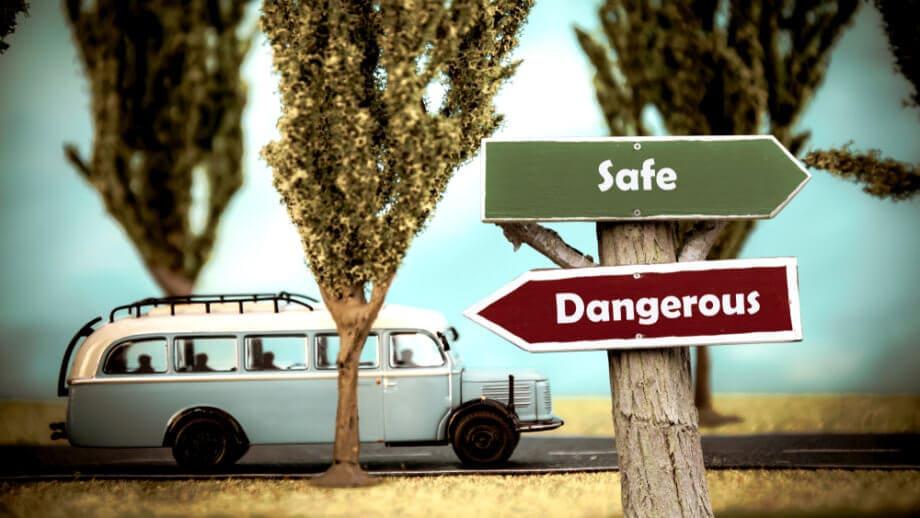 Wegschilder mit Safe und Dangerous mit Bus im Hintergund