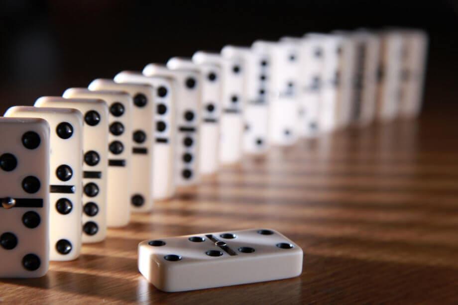 Dominosteine in weiß mit schwarzen punkten als Beispiel das die Bitcoin-Dominanz sinkt