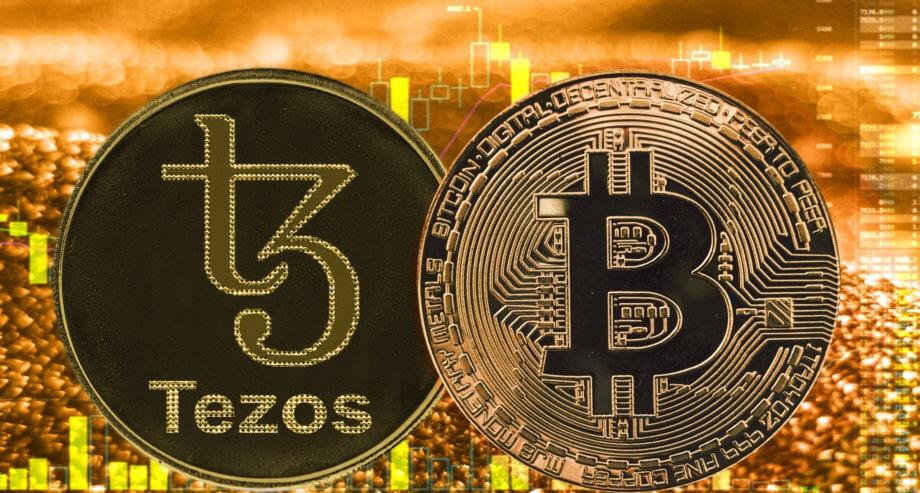 Im Vordergrund zwei Münzen eine Tezos und eine Bitcoin Münze im Hintergrund ein Chart