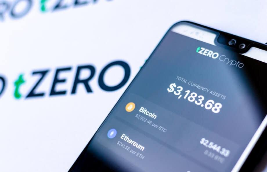 tZERO App auf einem Handy mit Bitcoin und Ethereum Kurs