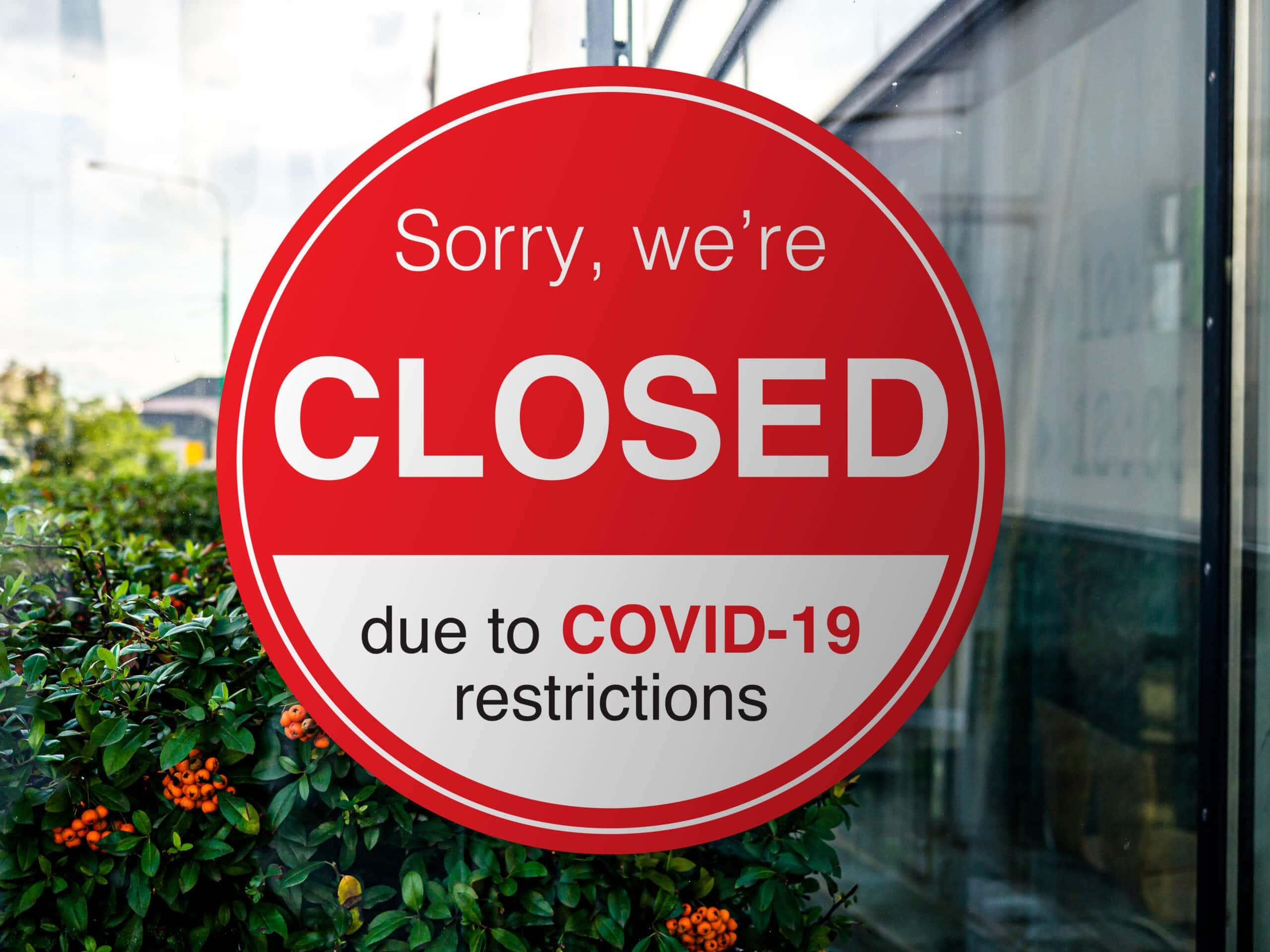 Rotes geschlossen Schild als Symbild für geschlossenes Restaurant