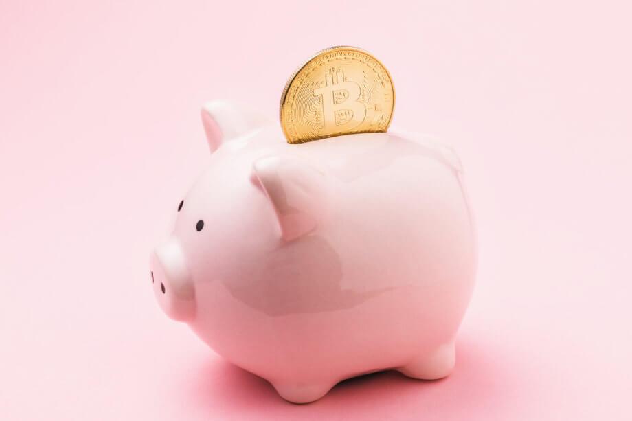 Bitcoin Sparschwein mit Bitcoin Münze im Sparschlitz