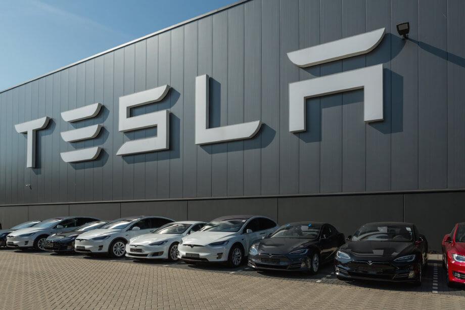 Tesla Produktionsstätte davor aufgereiht stehen fertiggestellte Tesla Fahrzeuge