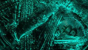Bitcoin Münze liegt in Scherben auf grünem Hintergund