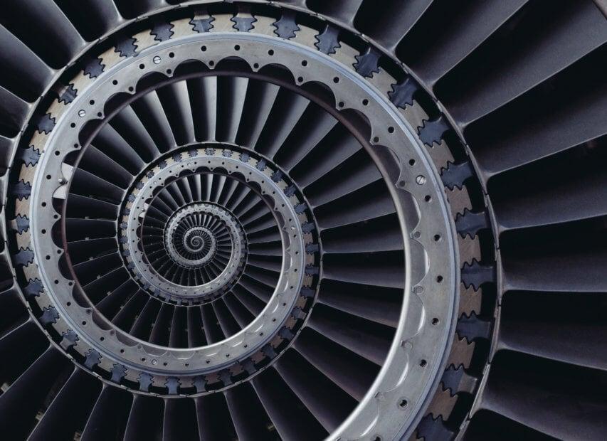 schwarze gewundene spiralförmige schwarz-weiße treppe, die die zentralisierung im Bitcoin Mining symbolisiert
