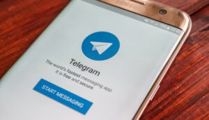 telegram auf smartphone das auf dem tisch liegt