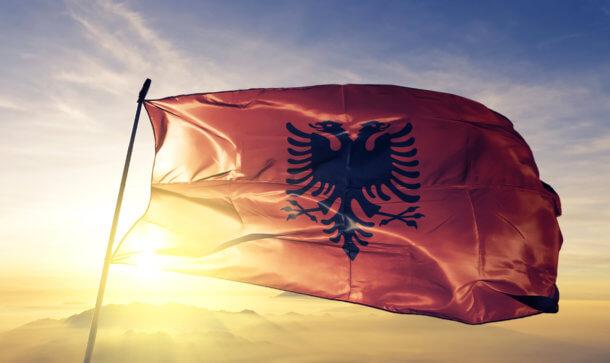 Die Flagge von Albanien weht vor der Sonne
