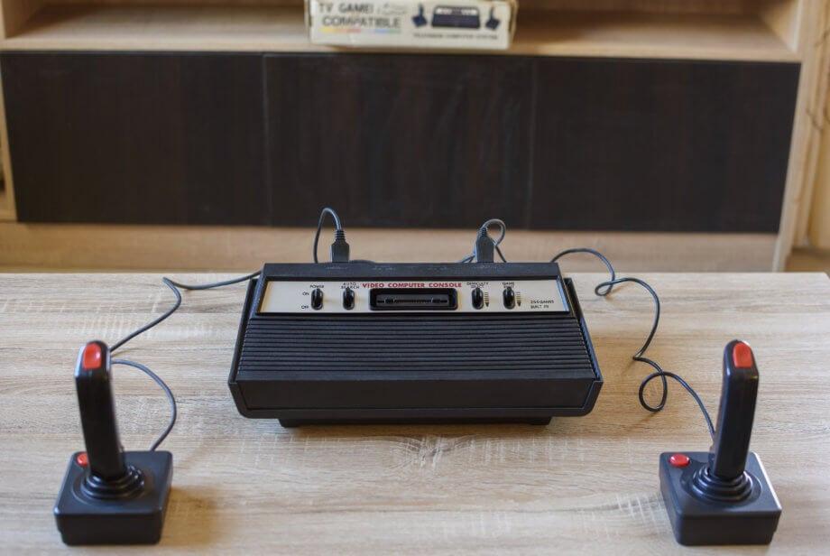 eine alte atari konsole mit zwei joysticks