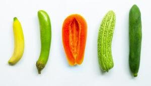 Banane, grüne Aubergine, Papya, grüne lange Melone und grüne Papaya auf weißem Hintergrund