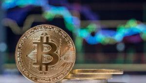bitcoin-münze-steht-vor-einer-chart