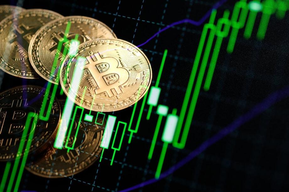 bitcoin-münze-vor-einer-chart-mit-günen-kerzen