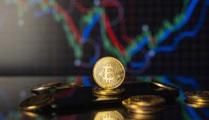 bitcoin-münze steht hinter liegenden bitcoin-münzen vor einer chart