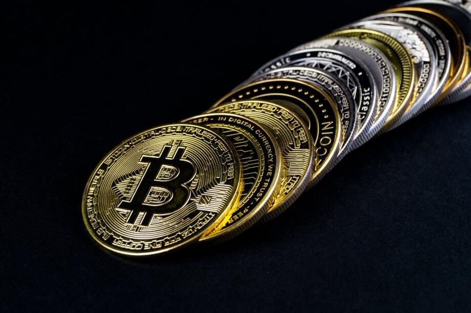 bitcoin-münze liegt vor weiteren altcoin-münzen