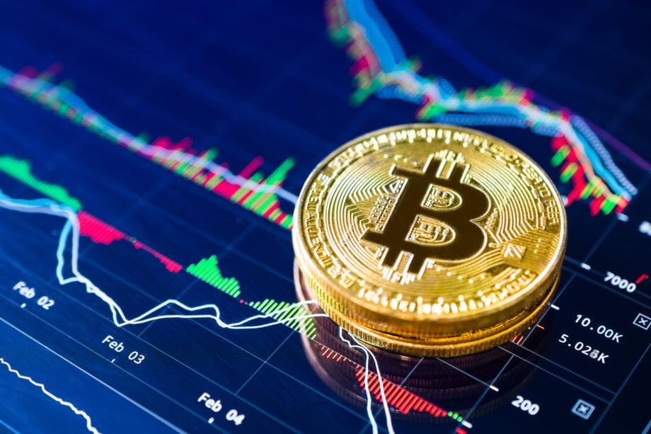 bitcoin-münze liegt auf einer blauen chart