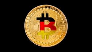 bitcoin-münze-vor-schwarzem-hintergrund