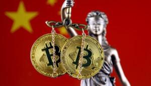 bild von justitia, die in ihrer Waage zwei Bitcoin Münzen hat. Im Hintergrund die Flagge von China