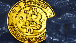 Bitcoin Münze zwischen Eisblocks