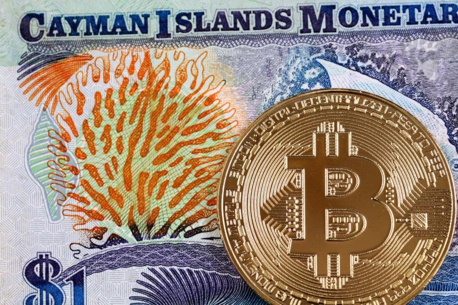 Nahaufnahme einer Banknote der Cayman Islands mit Gold-Bitcoin