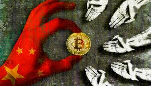 Hand mit chinesischer Flagge reicht den Armen einen Bitcoin