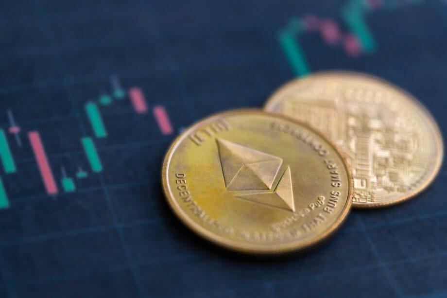 ethereum-münze-liegt-auf-einer-chart