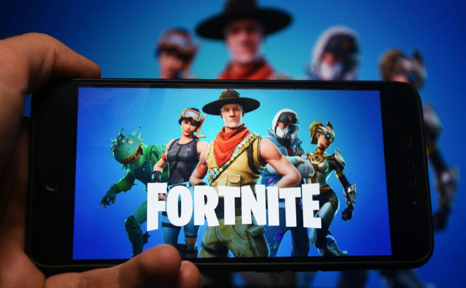 fortnite auf einem smartphone display