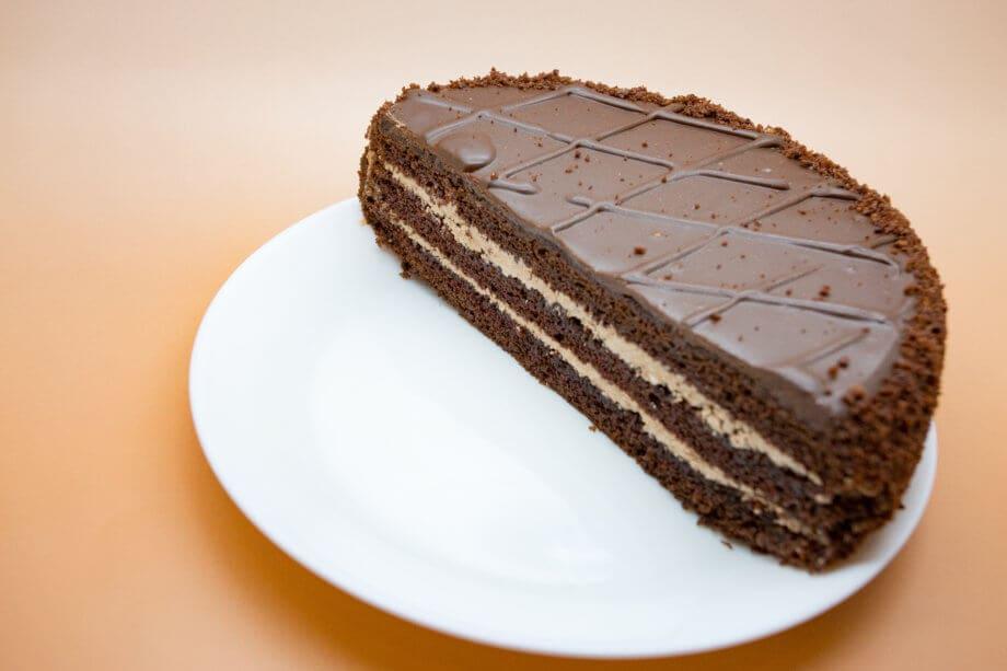 halber schokoladenkuchen als symbol für das bitcoin halving