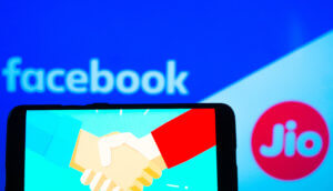smartphone-vor-einem-banner-mit-dem-facebook-und-jio-schriftzug
