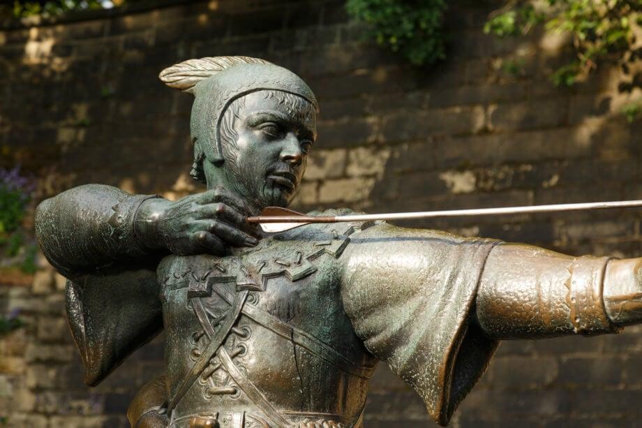 statue von robin hood vor einer wand
