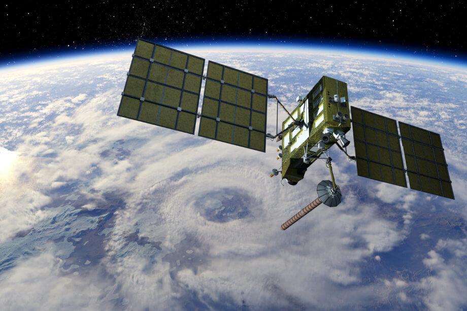 satellit schwebt im weltall über der erde