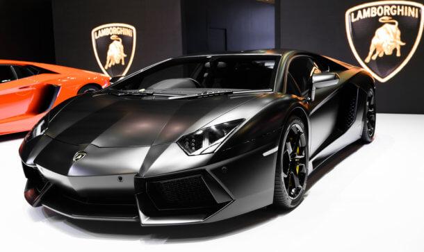 Schwarzer Lamborghini steht in einer Ausstellungshalle