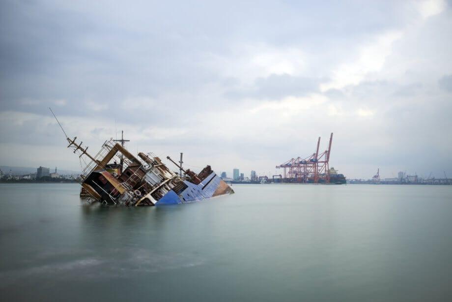 ein schiff, das im meer versinkt als symbol für bitcoin als unsicherer hafen