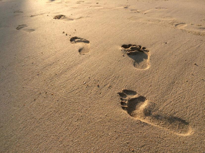 fuß-spuren-im-sand