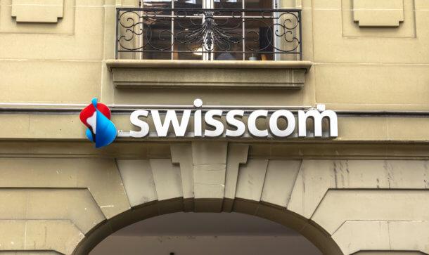 swisscom logo vor gebäude