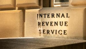 Internal Revenue Service IRS Aufschrift auf einem Backstein der US-Steuerbehörde
